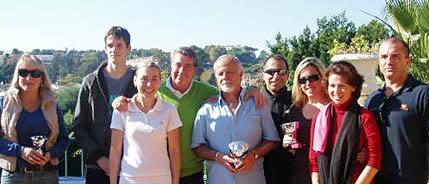 Manolo Santana rodeado por los ganadores de un torneo en su club de Marbella
