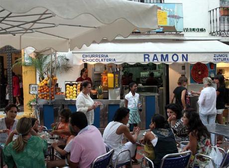 Terraza Churreria Ramon repleta de clientes