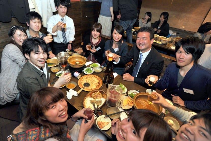 Japoneses en una comida