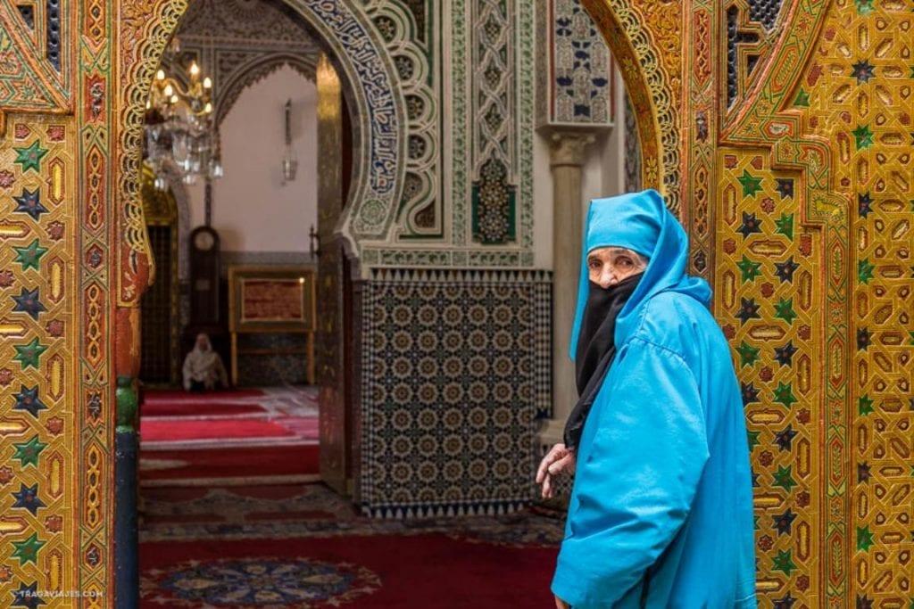 mujer entrando en mezquita