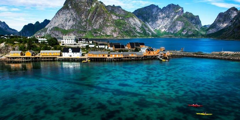 Puerto en pueblo noruego