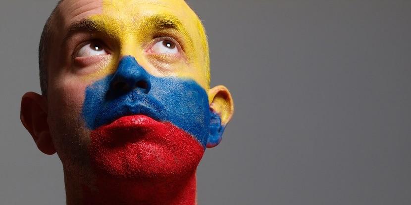 Hombre con bandera colombia pintada en la cara