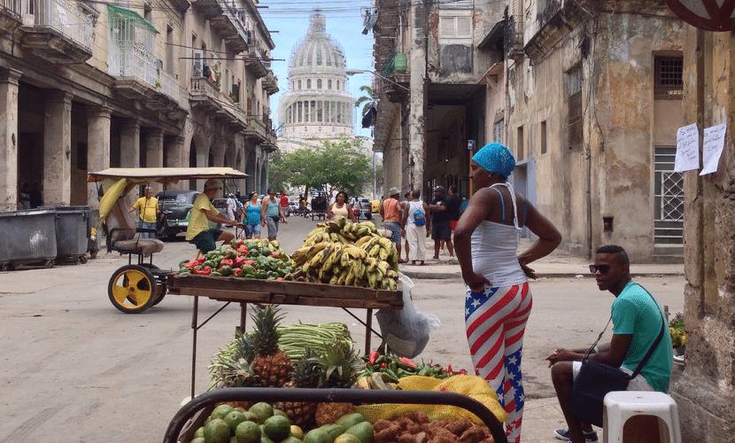 mujer en tienda en Cuba