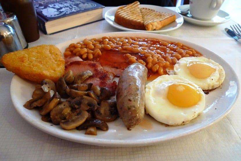 Desayuno inglés con huevos y bacon