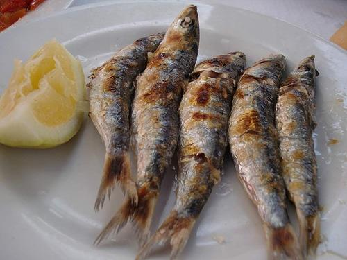 Sabrosas sardinas asadas en espeto