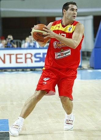 Carlos Cabezas en un lance de juego con la selección española