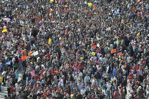 mucha gente: