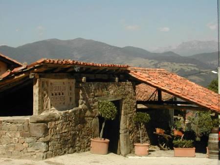 La casa de las chimeneas en cantabria for Casas de pueblo en cantabria