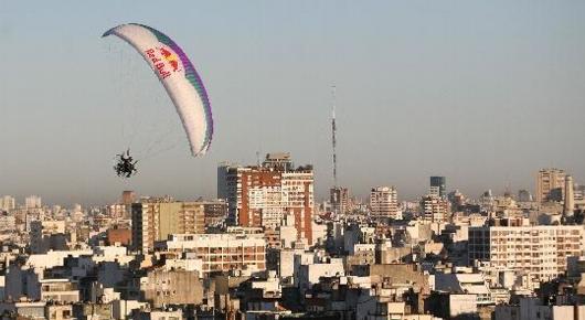 Buenos aires detienen a joven paracaidista por volar por for Casa musica microcentro