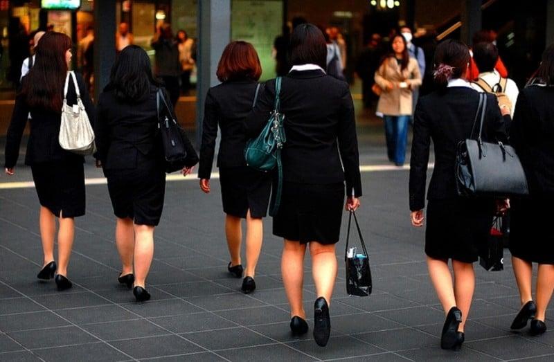 japonesas yendo a trabajar