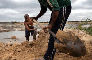 sacando tierra de una mina en venezuela