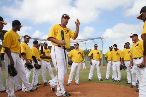 Equipo de béisbol Águilas Cibaeñas en plena charla técnica