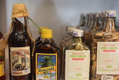 Botellas de Mamajuana, se observa los ingredientes dentro de las botellas