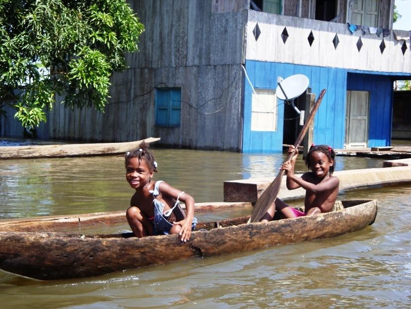 niños en piragua por colombia