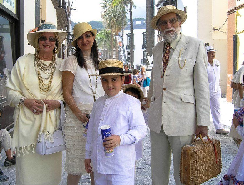 Familia con el traje típico cubano