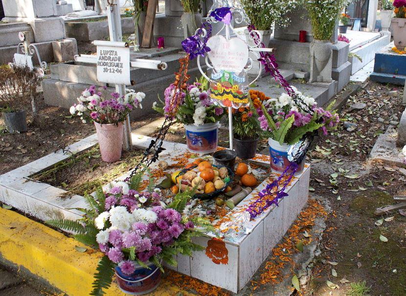 tumba con flores