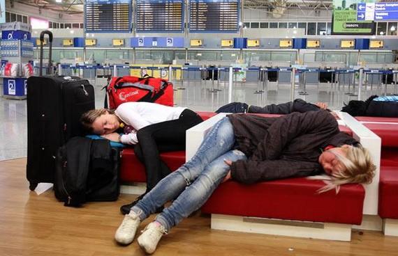 durmiendo en el Aeropuerto de Atenas