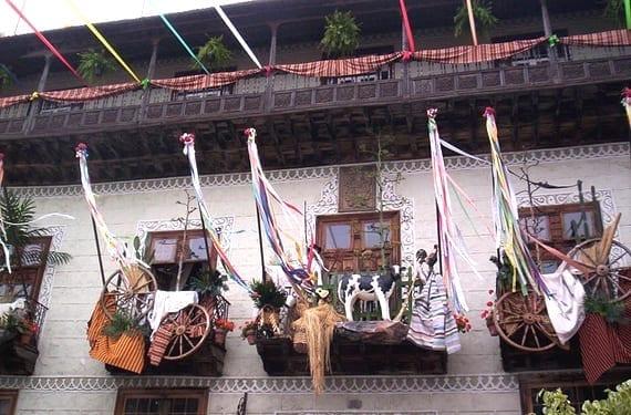 Balcón adornado para las fiestas