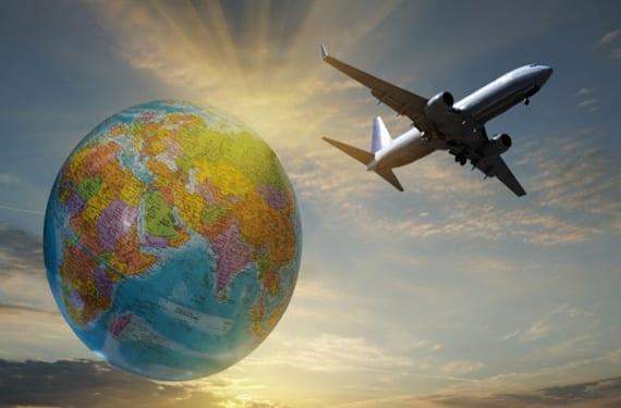 Avión sobrevolando el planeta