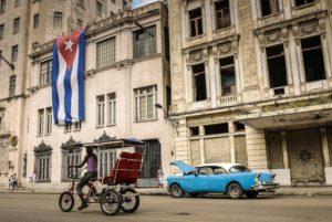 calle de cuba con bandera