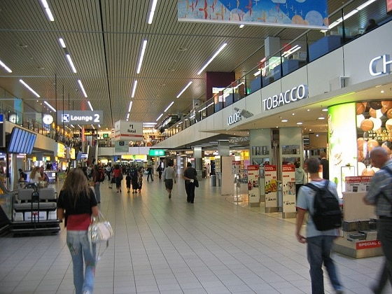 El aeropuerto cuenta con cerca de 75 tiendas abiertas las 24 horas del día
