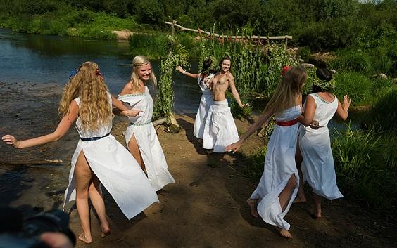 Bailes alrededor de fogatas son parte de los rituales de Ivan Kupala