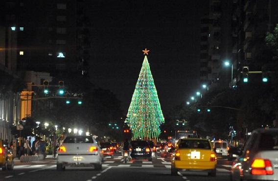 El tradicional árbol de Navidad de la Plaza España en Córdoba