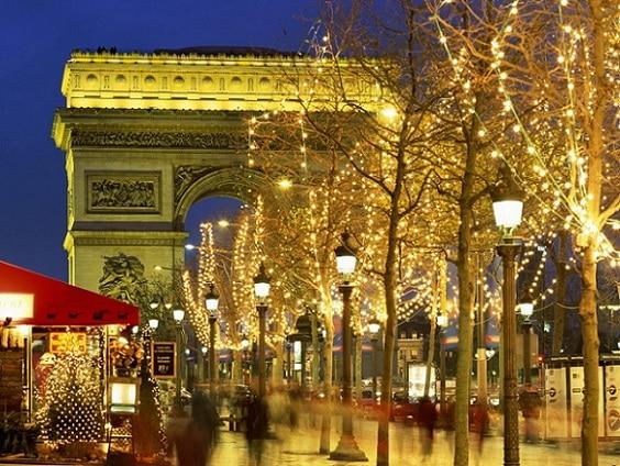Los Campos Elíseos de París decorada por Navidad