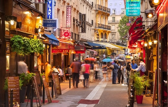 En sus calles abundan los restaurantes, tiendas de libros y bistros