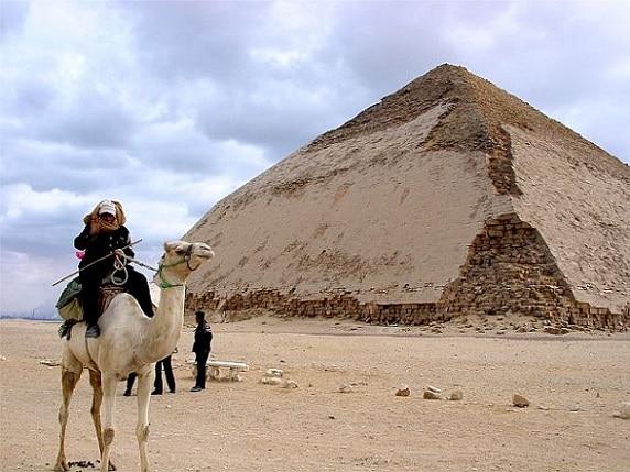 El complejo funerario de la Pirámide Bent revela vestigios de una rica ornamentación lo que distingue de los otros monumentos