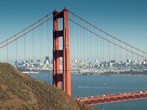 El puente tiene longitud aproximada de 1.280 metros suspendida de dos torres de 227 metros de altura