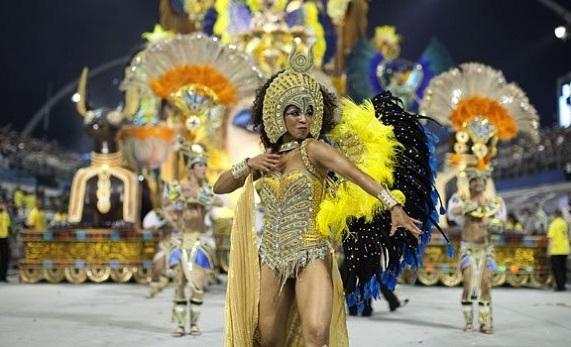 Una de las garotas mostrando sus atributos y talento en el desfile del Sambódromo