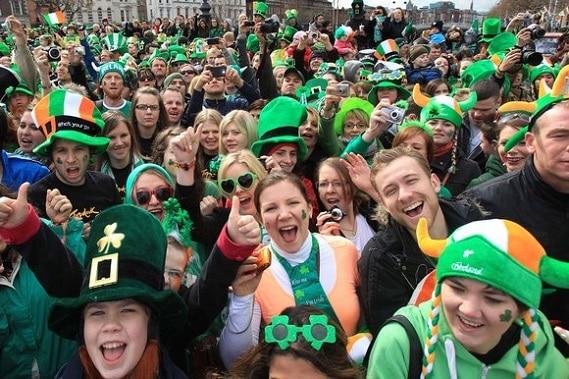 Multitudinaria son los festejos por el Día de San Patricio se celebra para conmemorar el fallecimiento del Santo patrón de Irlanda