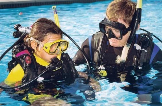 Niños aprenden las técnicas esenciales para el buceo