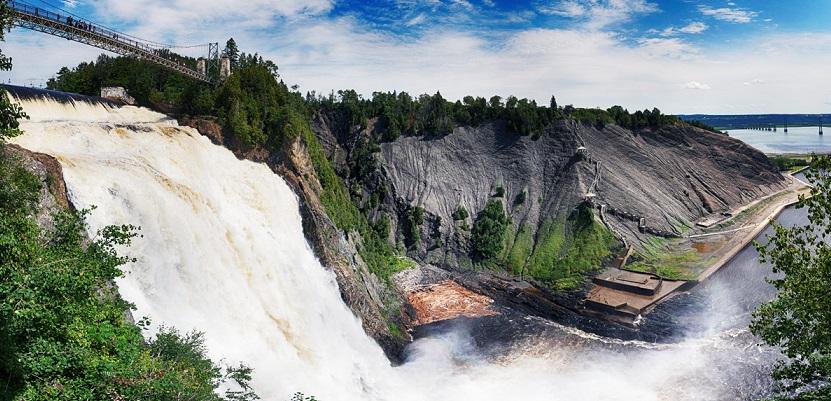 Hay escaleras que permiten a los visitantes ver las cataratas desde varios puntos de vista diferentes