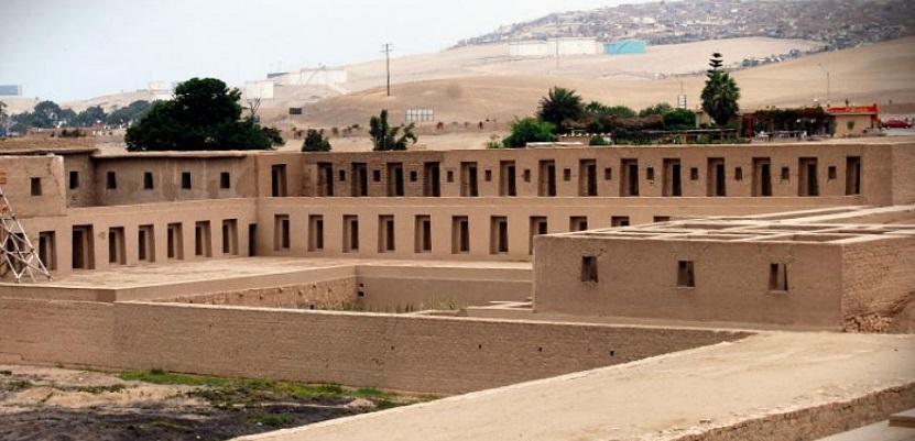 Pachacamac está constituída por pirámides de barro, palacios, templos, plazas y calles