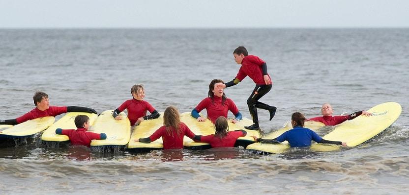 Clases para principiantes en el Saltburn Surf School
