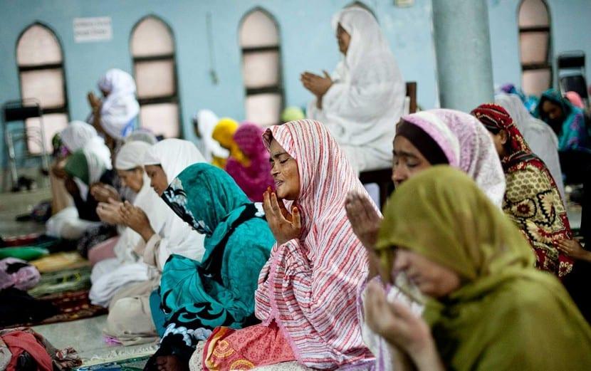 Gente musulmana rezando en la religión egipcia