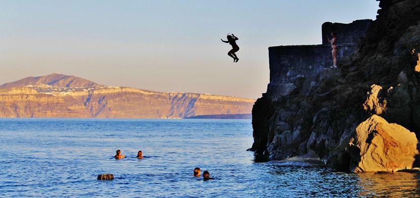 Cliff Jumping en Santorini