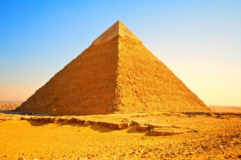 Los niños y las pirámides