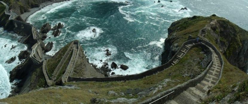 San juan de gaztelugatxe un islote m gico que visitar for Escaleras juego de tronos