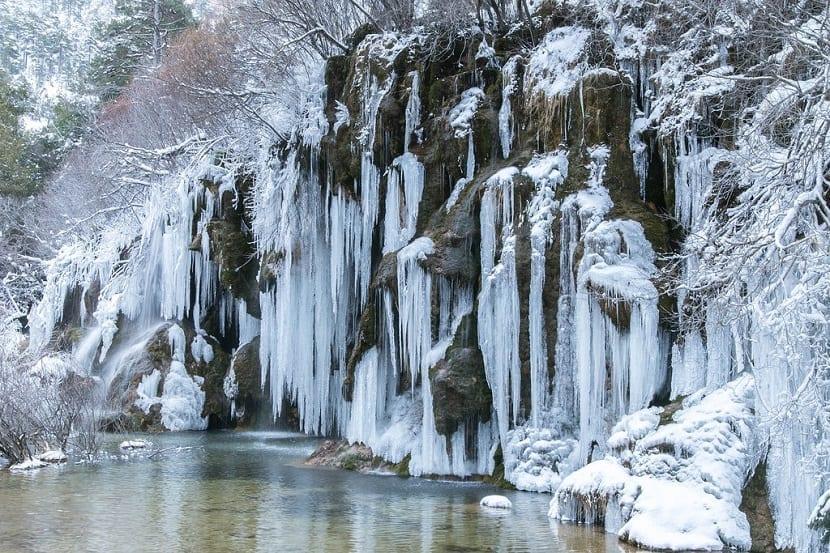 Nacimiento Río Cuervo congelado