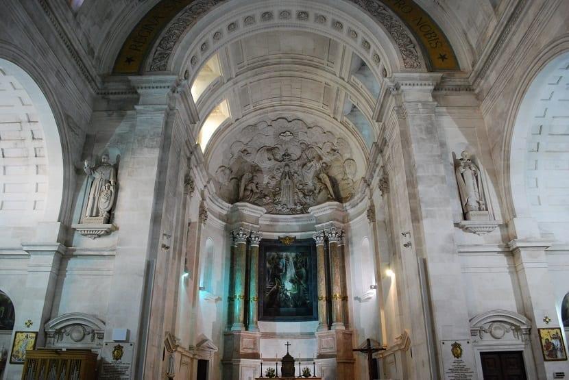 Interior del santuario de Fátima