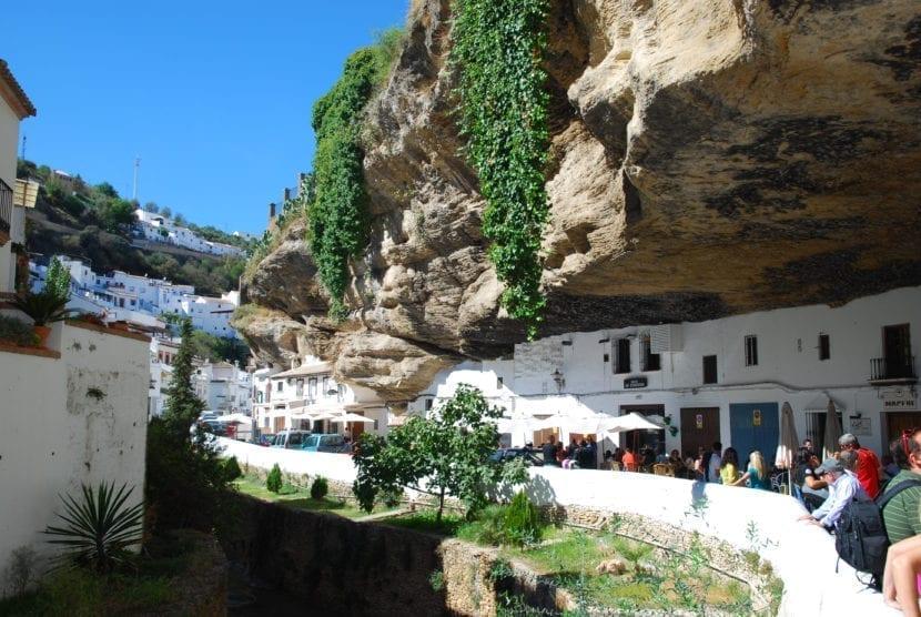 Casas talladas en la roca en Setenil