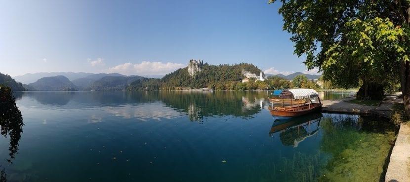 Embarcación bletna en el lago Bled