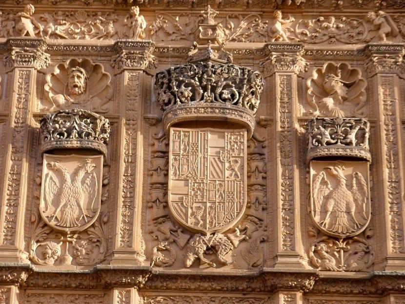 Escudos en la fachada de la universidad de Salamanca