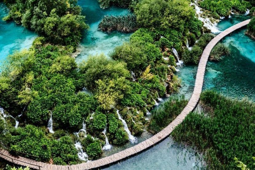 Cascada en el Parque Nacional Lagos de Plitvice Croacia