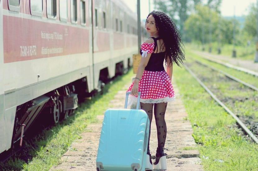 Chica con maleta