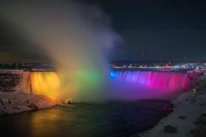 Iluminación nocturna de las cataragas del Niagara