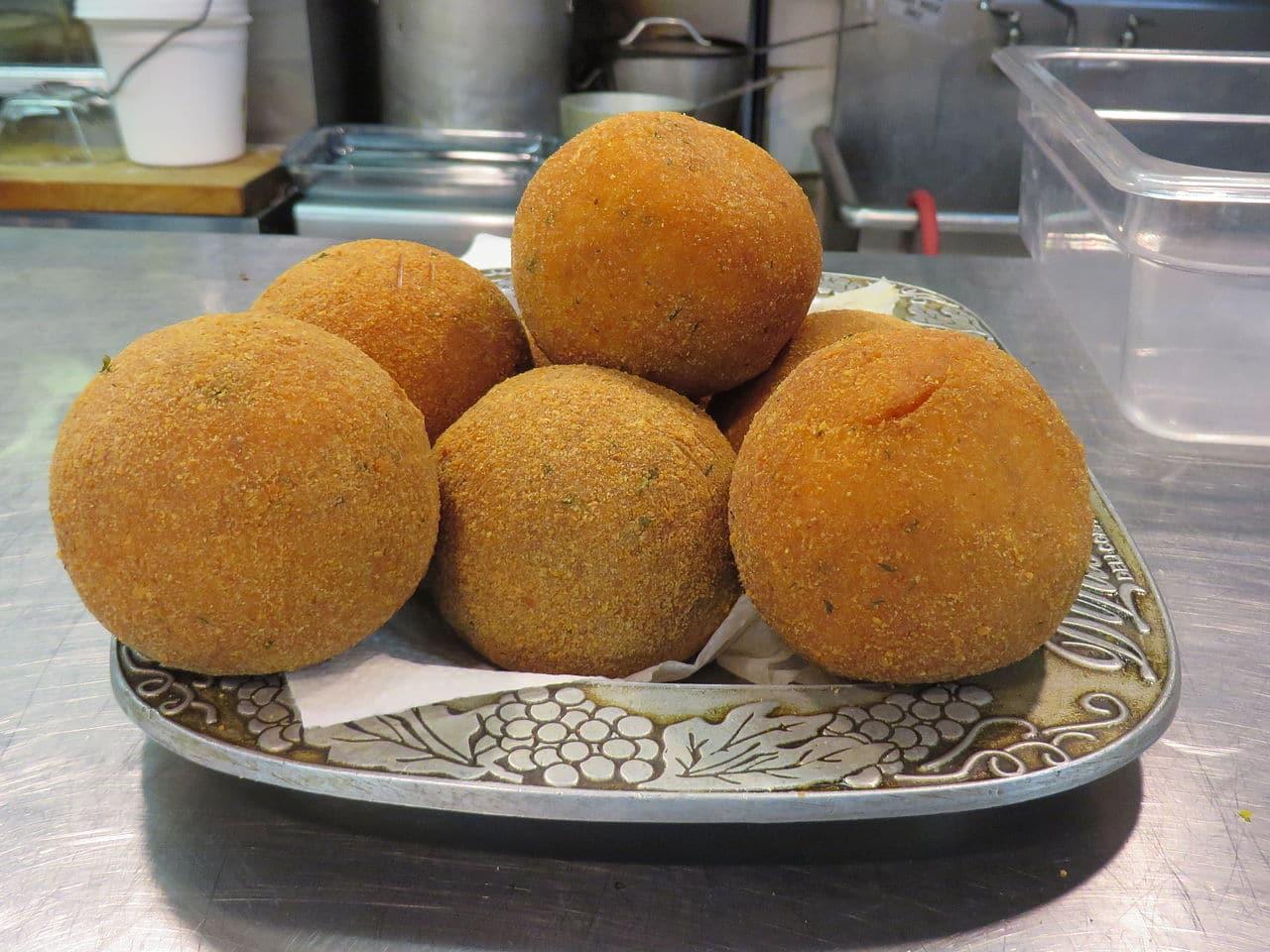 Imagen de un plato de arancini